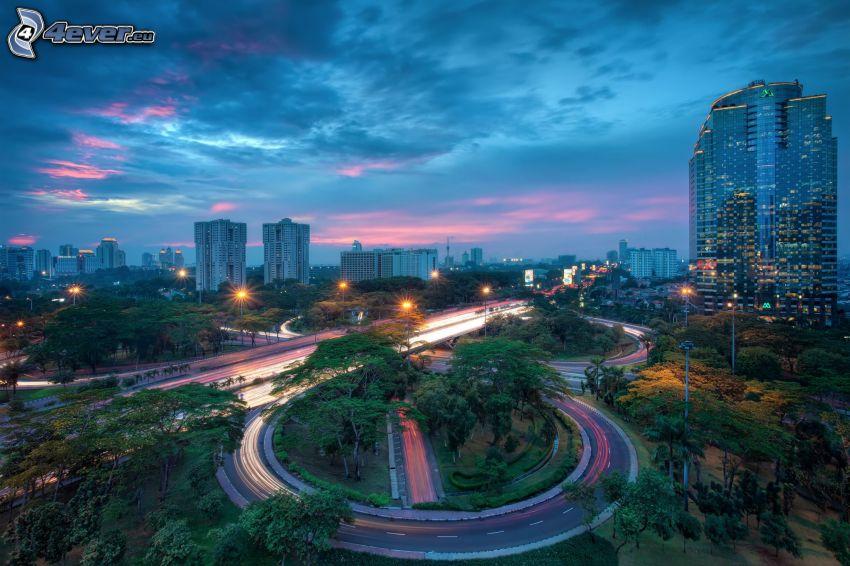 abendliche Stadt, Kreisverkehr in der Nacht