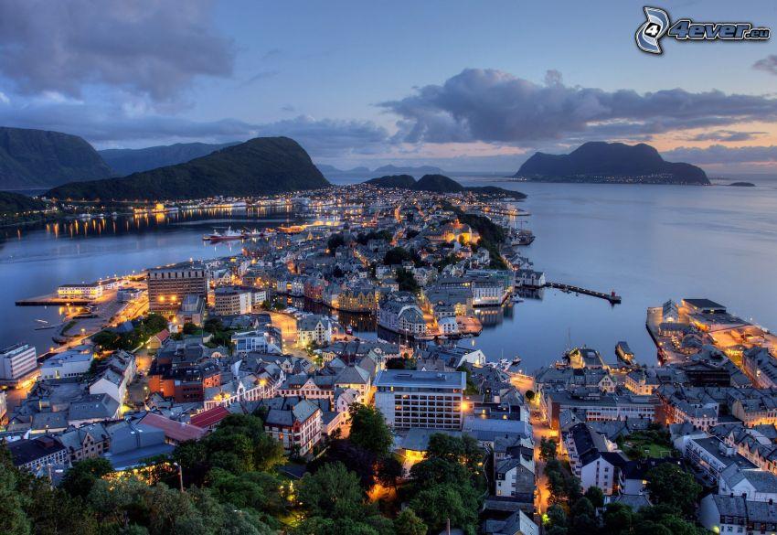 Ålesund, Norwegen, Stadt am Meer, abendliche Stadt