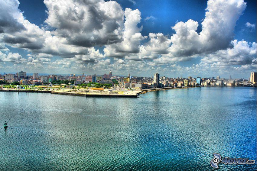 Blick auf die Stadt, Meer, Wolken