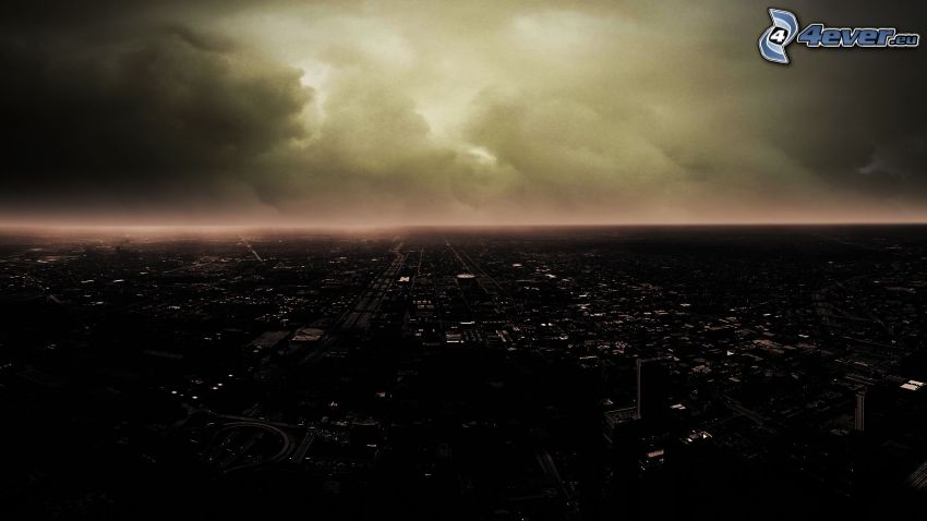 Blick auf die Stadt, Nacht, Gewitterwolken