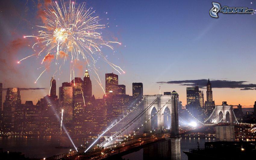 Feuerwerk über der Stadt, Brooklyn Bridge, New York, beleuchtete Brücke