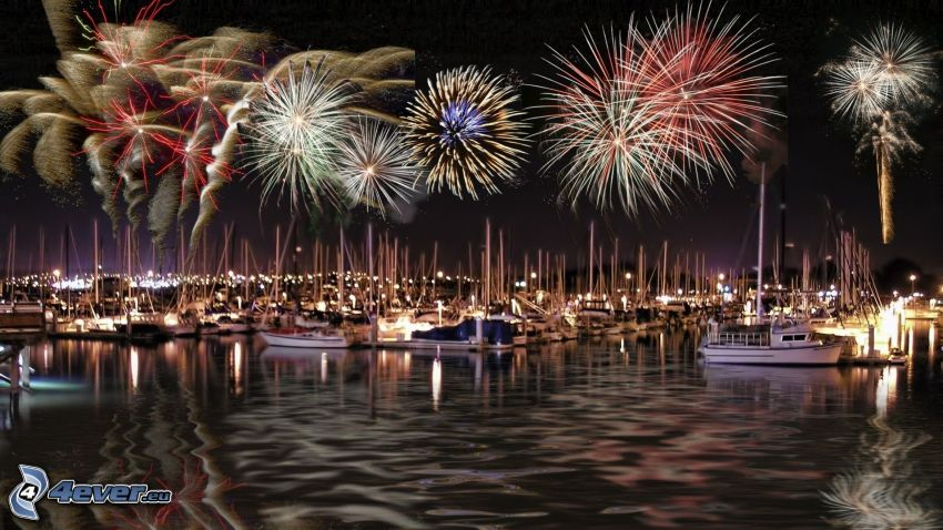 Feuerwerk über der Stadt, Yachthafen, Nacht