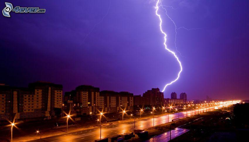 Nachtstadt, Blitz, esleuchtete Strasse