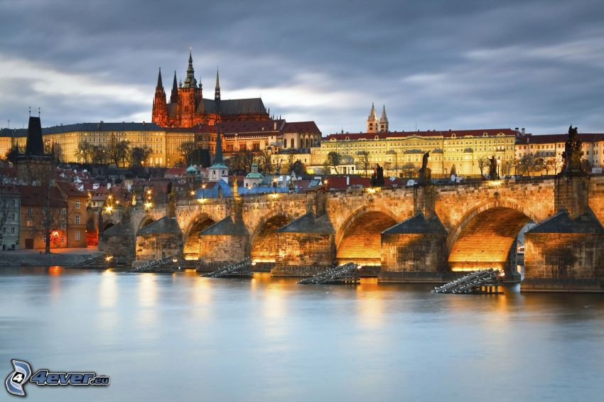 Prag, Prager Burg, Karlsbrücke, Moldau, abendliche Stadt