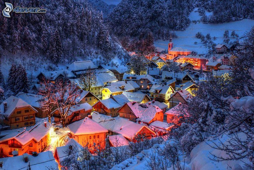 schneebedecktes Dorf, verschneiter Wald, Abend