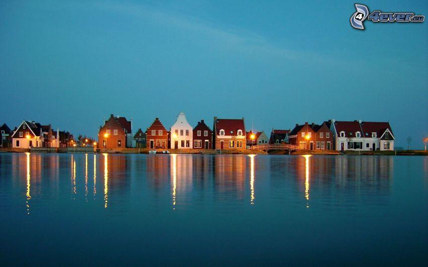 Stadt am Meer, abendliche Stadt