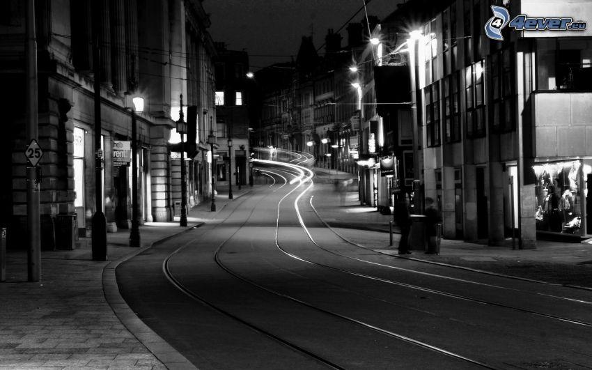 Straßenbahnschienen, Straße, Häuser, schwarzweiß