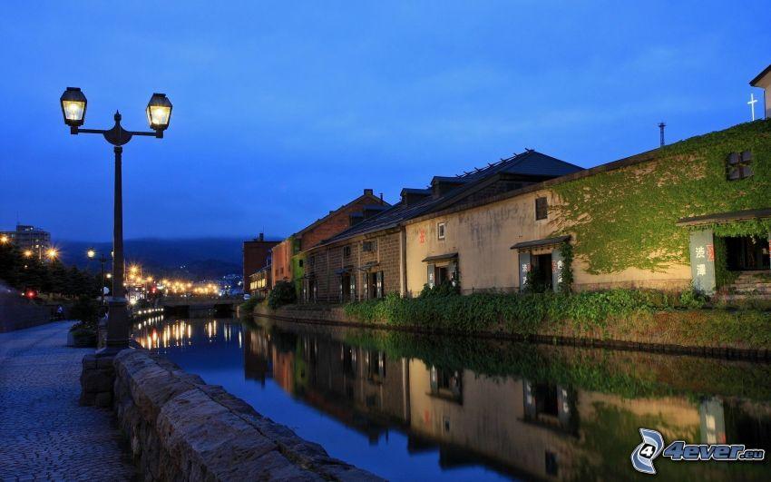 Ufer, Fluss, Häuser, Straßenlampen