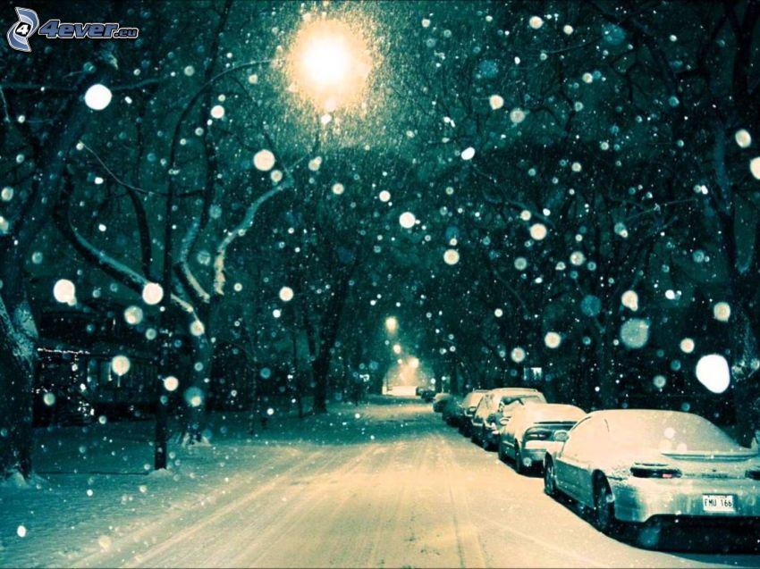 verschneite Straße, schneebedeckte Straße, schneefall