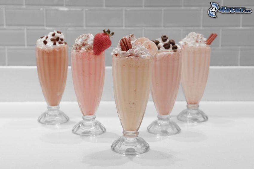 milk shake, Schlagsahne, Erdbeere, Banane, Blaubeeren, Zimt, Kaffeebohnen