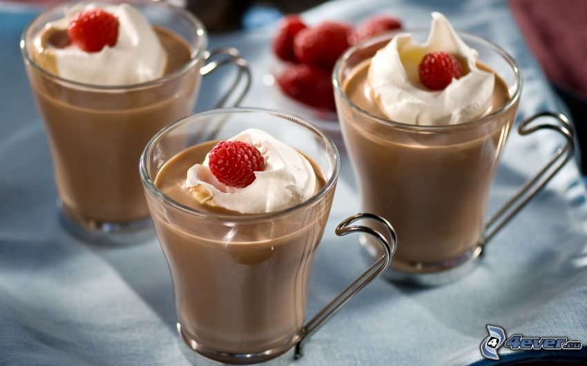 Pudding, Schlagsahne, Erdbeeren