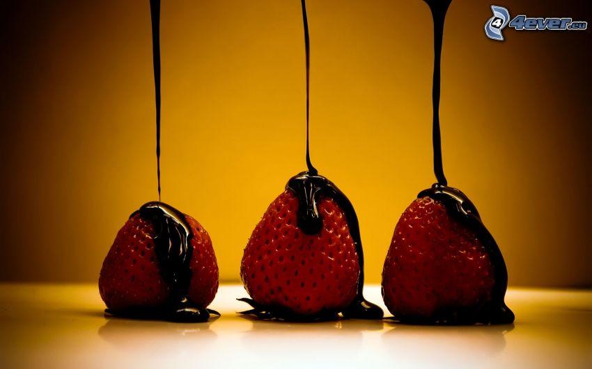 Schokolade überzogene Erdbeeren