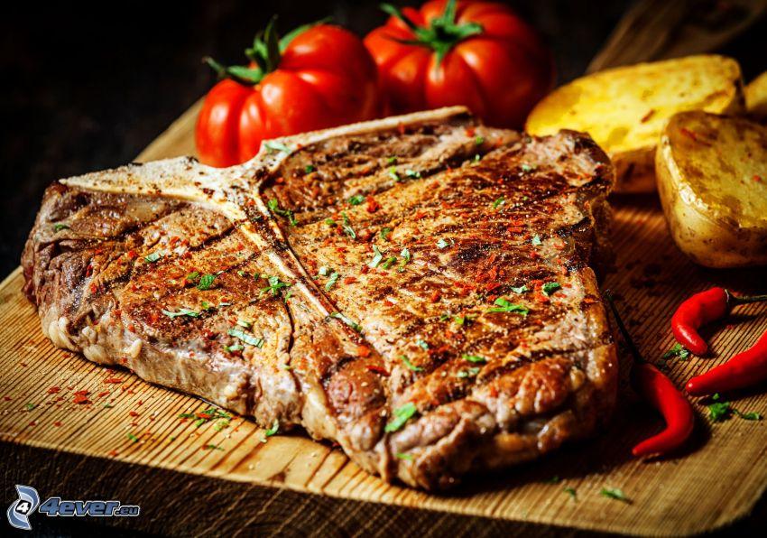 Steak, Tomaten, Kartoffeln, rote Chilischoten