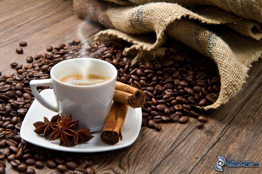 Tasse Kaffee, Zimt, Sternanis, Kaffeebohnen