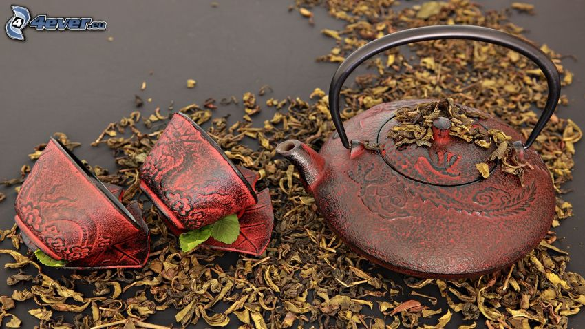 Teekanne, Tassen, trockene Blätter