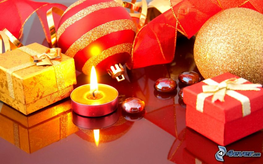 Kerze, Weihnachtskugeln, Geschenke, Band