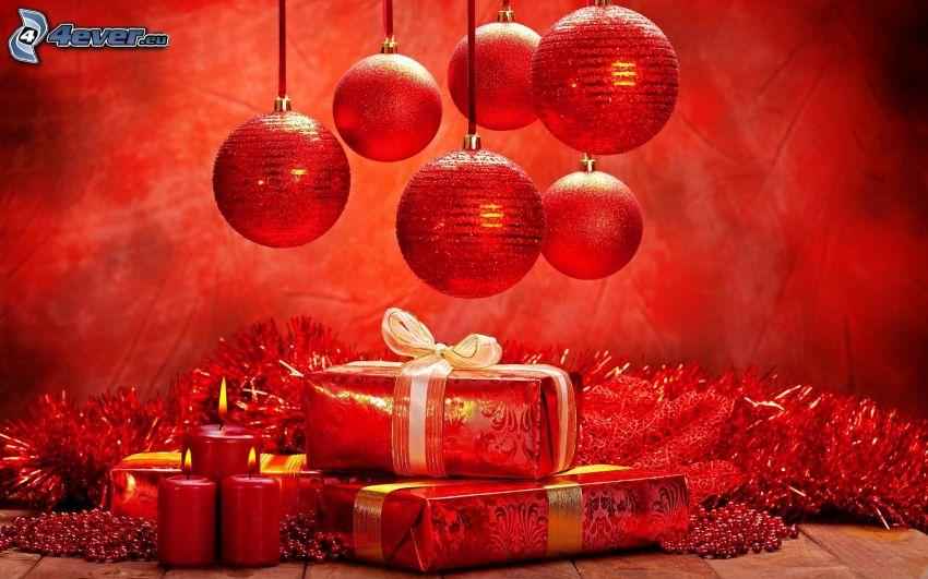 Weihnachtskugeln, Geschenke, Kerzen