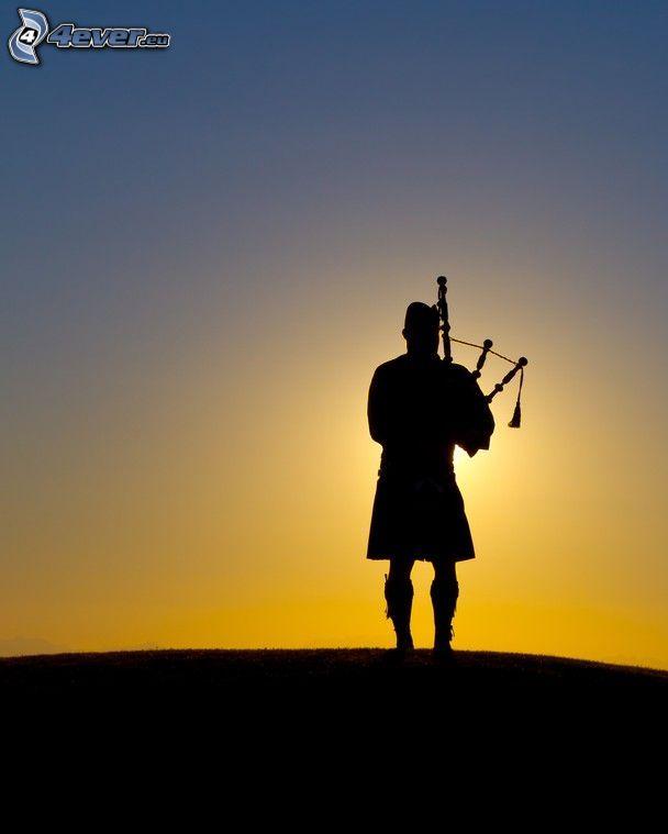Spiele den Dudelsack, Silhouette eines Mannes, Sonnenuntergang