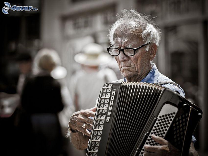 Spielt das Akkordeon, alter Mann