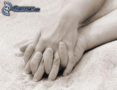 halten sich die Hände, Sandstrand
