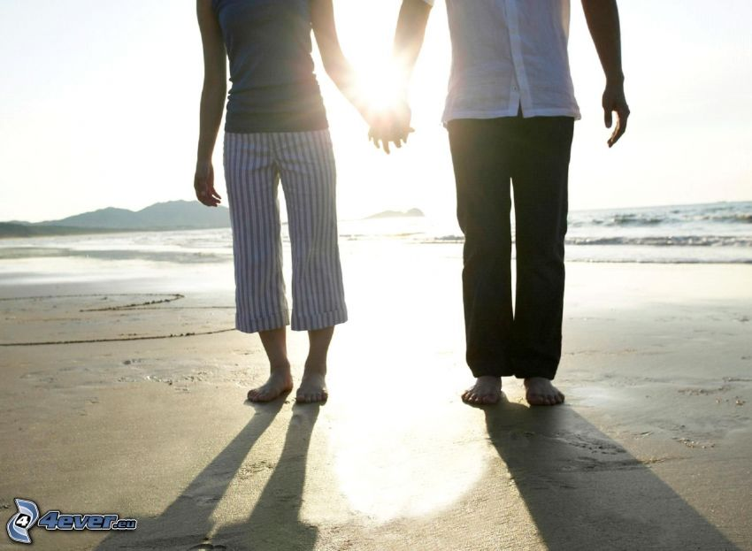 halten sich die Hände, Sonnenuntergang über dem Strand, Meer