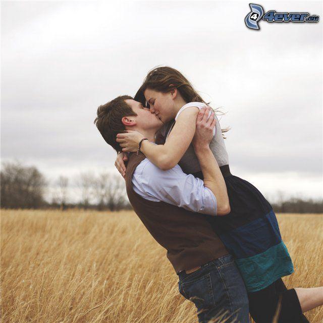Kuss auf dem Feld