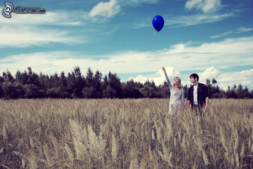 Paar auf dem Feld, Wald, Ballons
