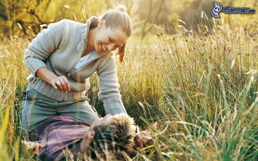 Paar auf der Wiese, Lachen