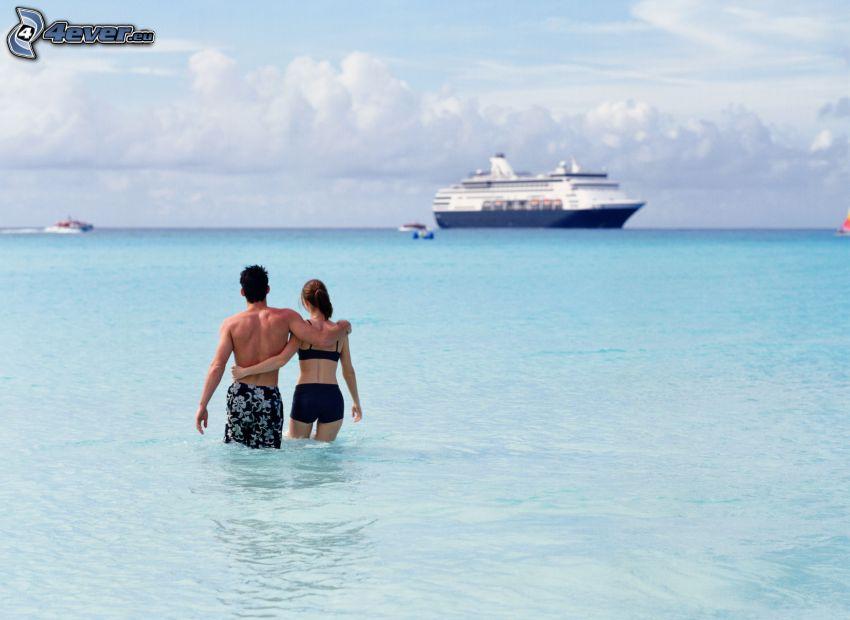 Paar im Meer, Ausflugsschiff