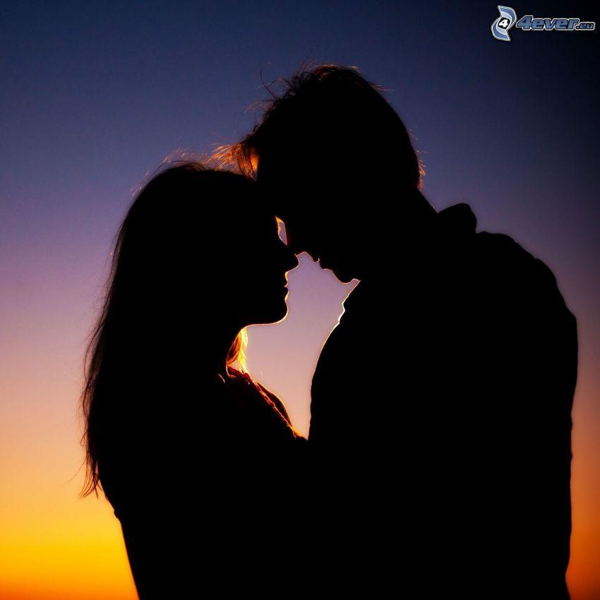 Silhouette des Paares, Umarmung