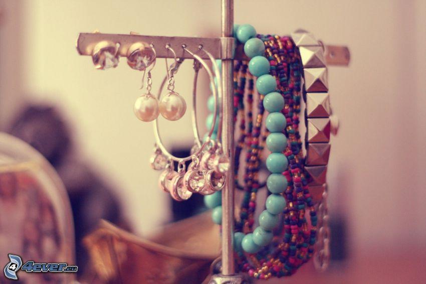 Armbänder, Ohrringe