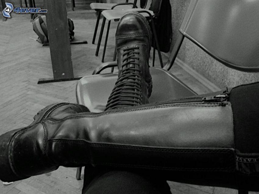 Kampfstiefel, Stühle, Schwarzweiß Foto