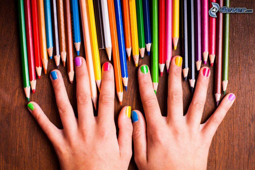 lackierte Nägel, Buntstifte, Farben, Hände