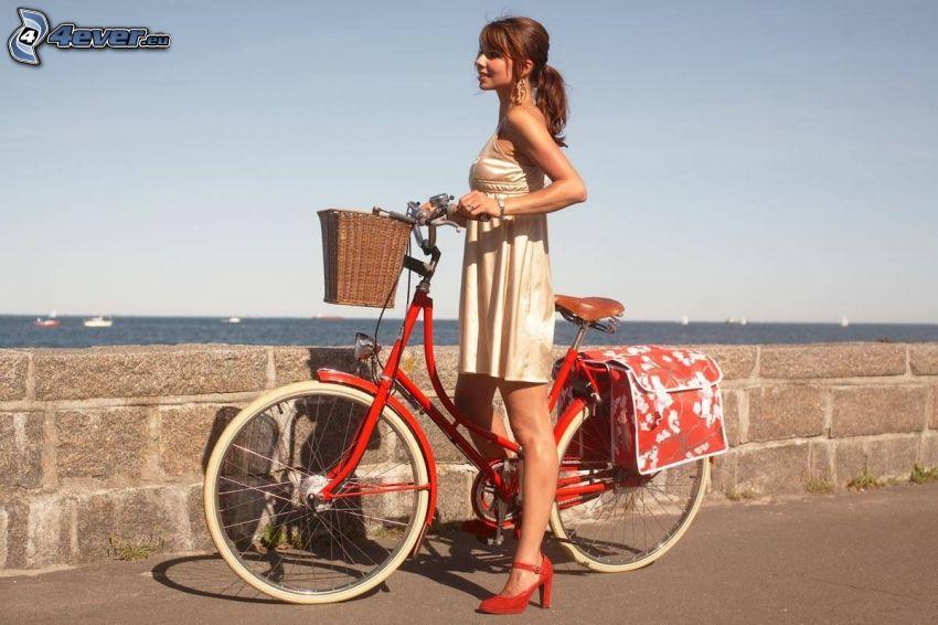 Mädchen auf dem Fahrrad, Küste