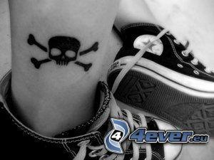 Schädel, Tattoo am Bein, Converse