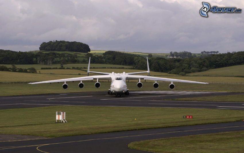 Antonov AN-225, Landebahn