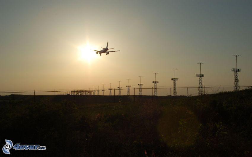 Landung, Flugzeug, Flughafen, Silhouette des Flugzeuges, Sonnenuntergang