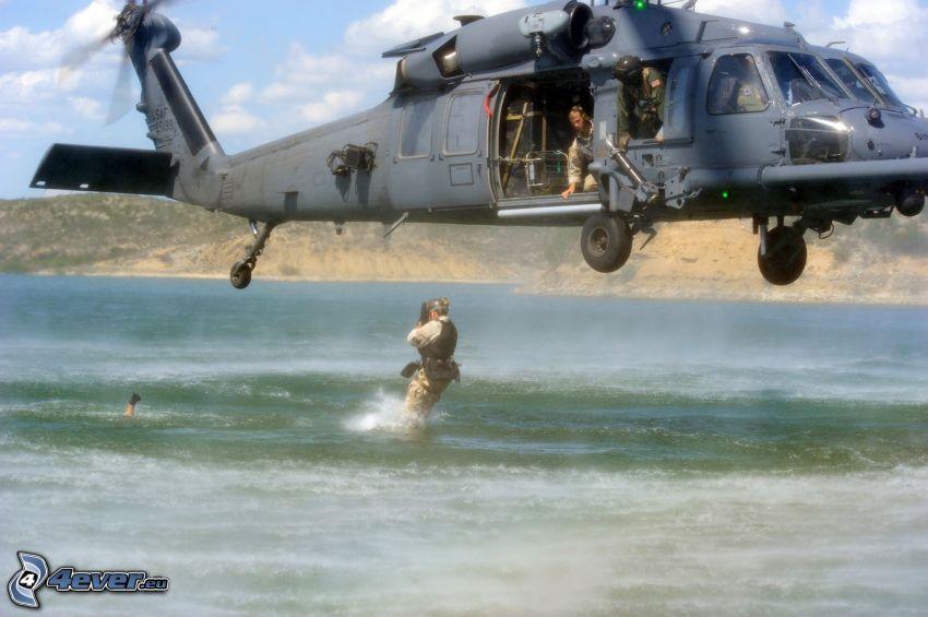 Abstieg des Hubschraubers, Retter, Sprung, militärischer Hubschrauber, Armee, Meer