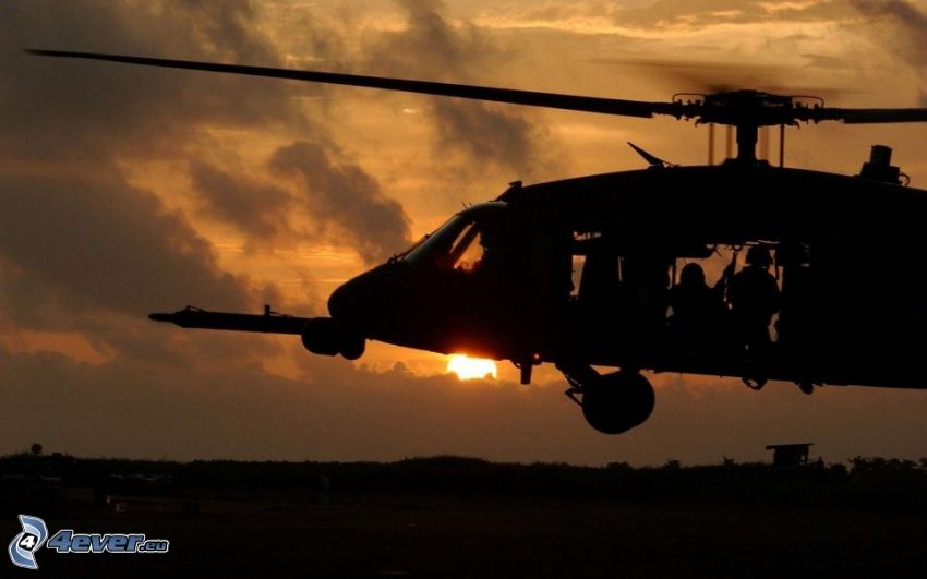 Silhouette des Hubschraubers, militärischer Hubschrauber, Sonnenuntergang
