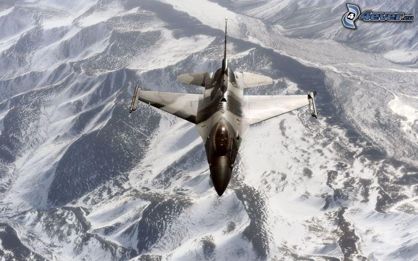 Jagdflugzeug, schneebedeckte Berge