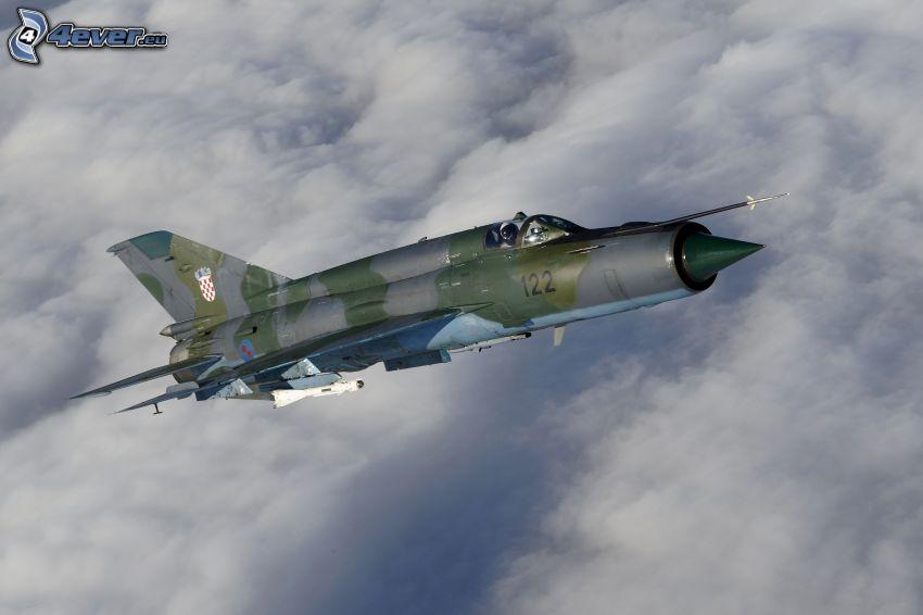 Jagdflugzeug, über den Wolken