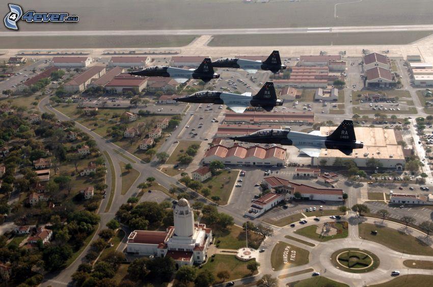 Jagdflugzeuge, Blick auf die Stadt