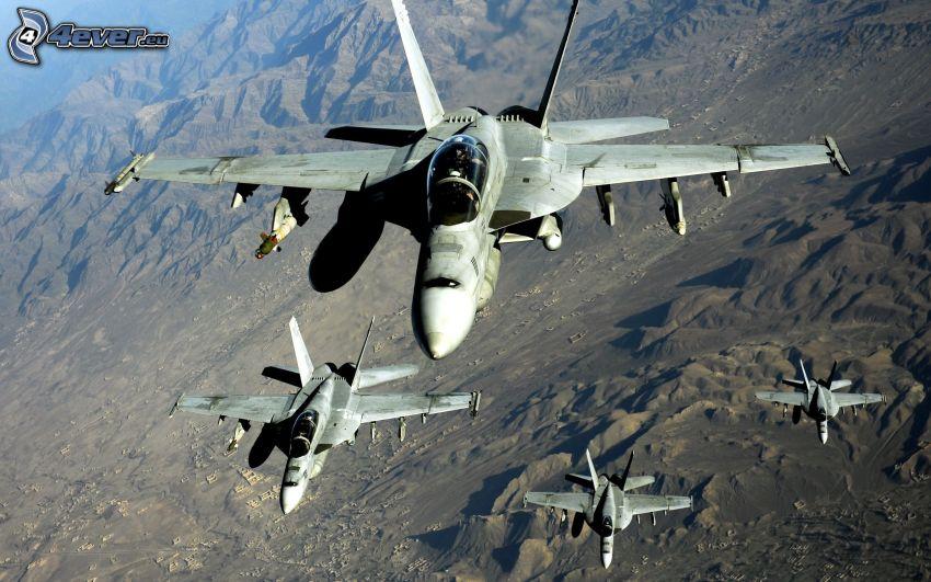 Jagdflugzeuge, felsige Hügel