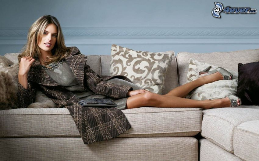 Alessandra Ambrosio, Brünette auf der Couch