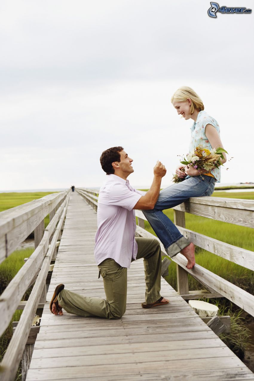Anwendung der Hand, Paar, Holzsteg, Blumensträuße
