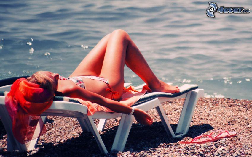 Frau bei das Meer, Sonnenbad, Liegestuhl