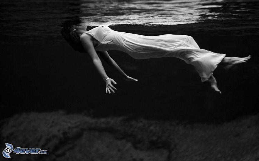 Frau im Wasser, schwimmen