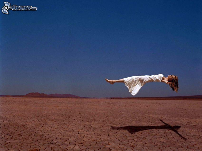 Frau schweben, Wüste