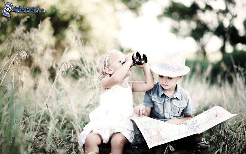 Junge und Mädchen, Karte, Fernglas