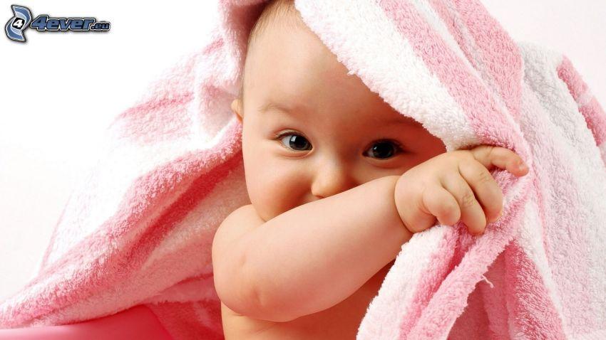 Kind unter einer Decke